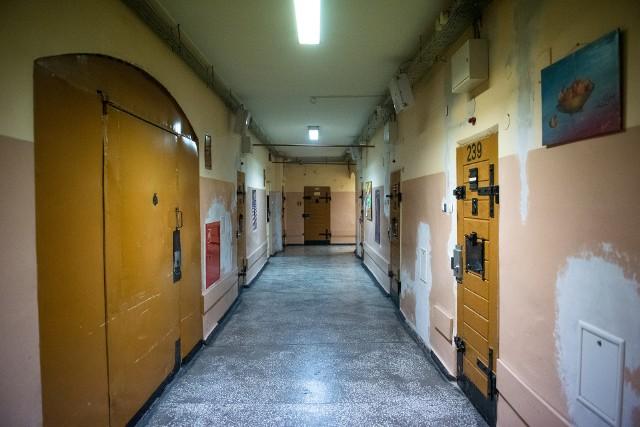 """Areszt Śledczy w Poznaniu to nie tylko druty, kraty i wypełnione przestępcami cele. Wewnątrz murów aresztu osadzeni próbują """"normalnie"""" funkcjonować. Mają profesjonalną opiekę medyczną, pracują, mogą grać w xboxa (choć nie wszyscy) i czytają. To wszystko ma wpłynąć na proces ich resocjalizacji. Przejdź dalej i zobacz kolejne zdjęcia --->"""
