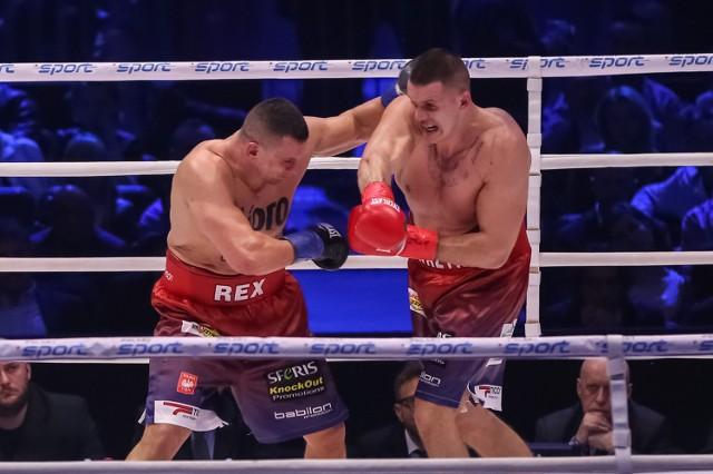 Andrzej Wawrzyk (z prawej) w ostatniej walce pokonał przez techniczny nokaut Marcina Rekowskiego w Tauron Arenie Kraków