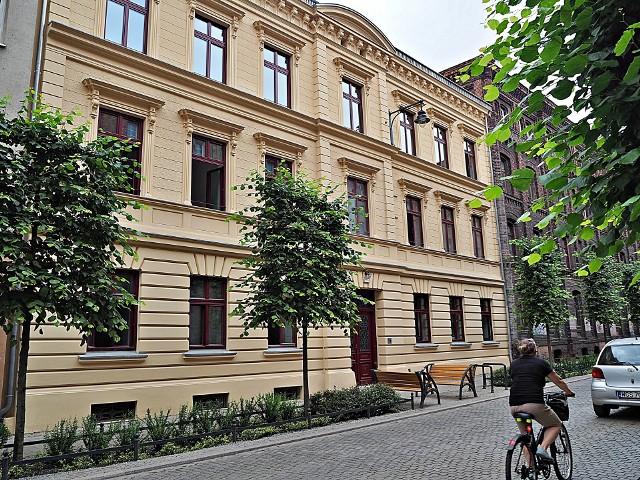 Odnowiona, zabytkowa kamienica Poznańskich przy ul. Gdańskiej 1 w Łodzi pochodzi z końca XIX wieku.