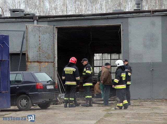 Do tego tragicznego wydarzenia doszło dzisiaj, około godz. 13, przy ul. Kolejowej w Śniadowie. Strażacy zostali wezwani do wypadku podczas prac remontowych prowadzonych w jednym z magazynów.Zdjęcia udostępnione dzięki uprzejmości portalu MyLomza.pl