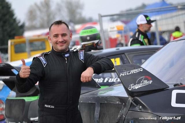 Piotr Czekański ma 37 lat. W rallycross zaczął ścigać się w 2019 roku i już ma na koncie sukcesy w tej konkurencji.
