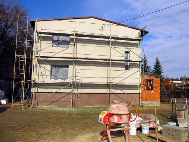 Z uproszczonej procedury mogą skorzystać właściciele i zarządcy samowoli budowlanych, których budowa zakończyła się przynajmniej 20 lat temu. Nie dotyczy to obiektów, dla których przed upływem tego 20-letniego terminu wydano postanowienie o wstrzymaniu budowy. Uproszczona procedura legalizacyjna może zostać uruchomiona z urzędu lub na żądanie właściciela albo zarządcy budynku.