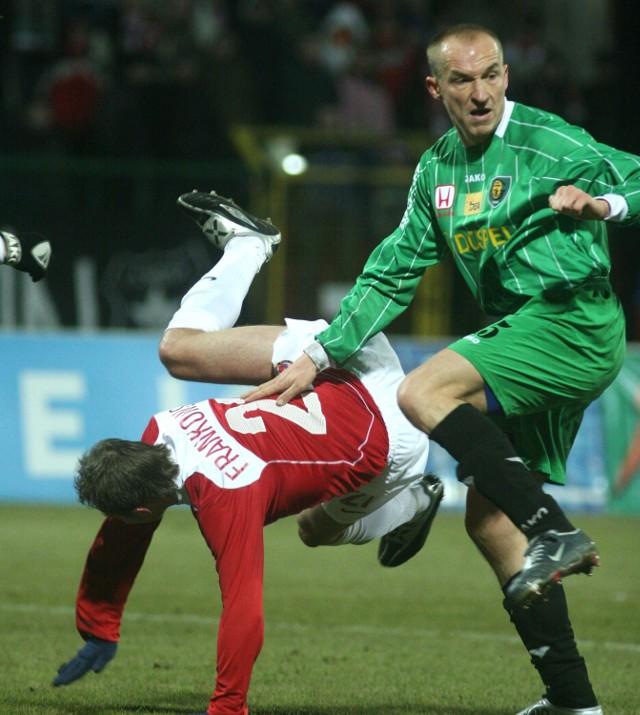 Fragment meczu Wisła Kraków - GKS Katowice. Obrońca gości Bartnik powstrzymuje napastnika Wisły Frankowskiego (z lewej).