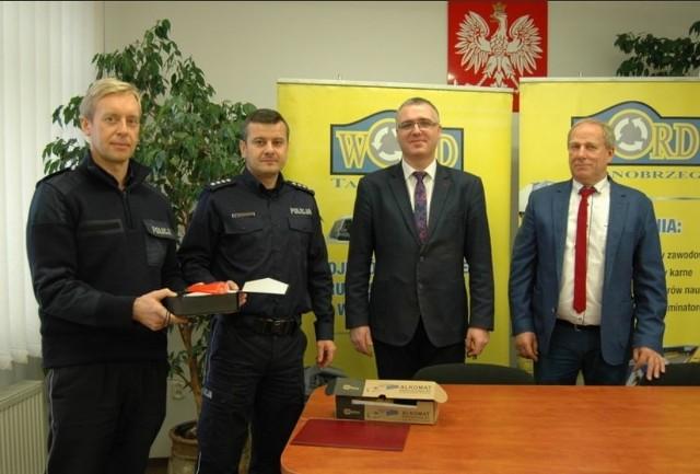 Od lewej starszy aspirant Janusz Chmiel, nadkomisarz Marek Pietrykowski, dyrektor Kamil Kalinka i jego zastępca Marek Ożga