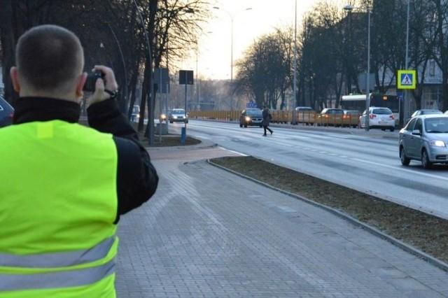 Ponadto funkcjonariusze rejestrowali kamerą zachowanie uczestników ruchu w celu zabezpieczenia ewentualnego materiału procesowego dla sądu. Na szczęście tym razem nie stwierdzono bardzo niebezpiecznych sytuacji drogowych.