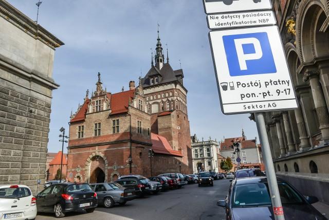 Według przepisów, oprócz oznakowania pionowego, każde miejsce parkingowe musi być wyznaczone także znakiem poziomym