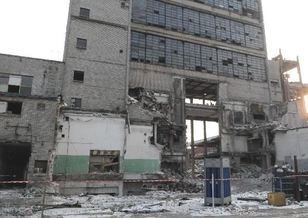 W fabryce zachodzą duże zmiany. Najstarsze i puste od dawna budynki są rozbierane, bo nie opłaca się ich remontować (fot. Kazimierz Ligocki)