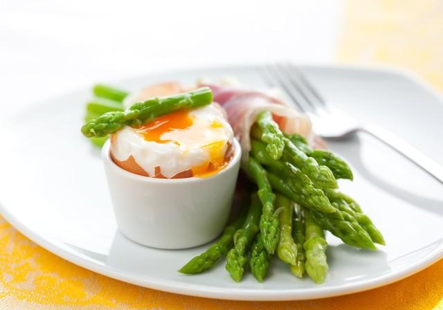 Czas na dania ze szparagami! To smaczne wiosenne warzywo można przyrządzać na rozmaite sposoby. Choć jednak jest bardzo lekkie (pęczek to zwykle tylko 20 kalorii!), w wielu potrawach występuje z bardzo tłustymi dodatkami, przez co są dalekie od dietetycznych. Szparagi można jednak przygotować pysznie i lekko, a na dodatek bardzo prosto! Wystarczy łączyć je z innymi warzywami, zwłaszcza zielonymi, a ciężkich sosów i sera używać głównie jako przyprawy. Sprawdź 10 przepisów na lekkie i proste dania ze szparagami! Zobacz kolejne slajdy, przesuwając zdjęcia w prawo, naciśnij strzałkę lub przycisk NASTĘPNE.