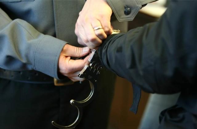 22-letni włamywacz zatrzymany. Nie udało mu się okraść sklepu spożywczego.