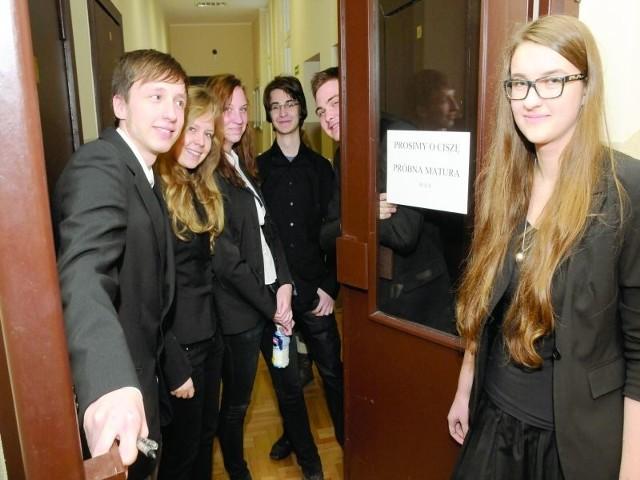 Po egzaminie Wojciech Grochowina, Klaudia Grad, Magdalena Szulc, Piotr Radziński, Maksymilian Olszewski i Wiktoria Szynaka (od lewej) byli w dobrych humorach