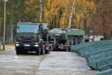 Opolscy żołnierze przewożą nowe rosomaki z fabryki do składu wojskowego w Polskiej Nowej Wsi