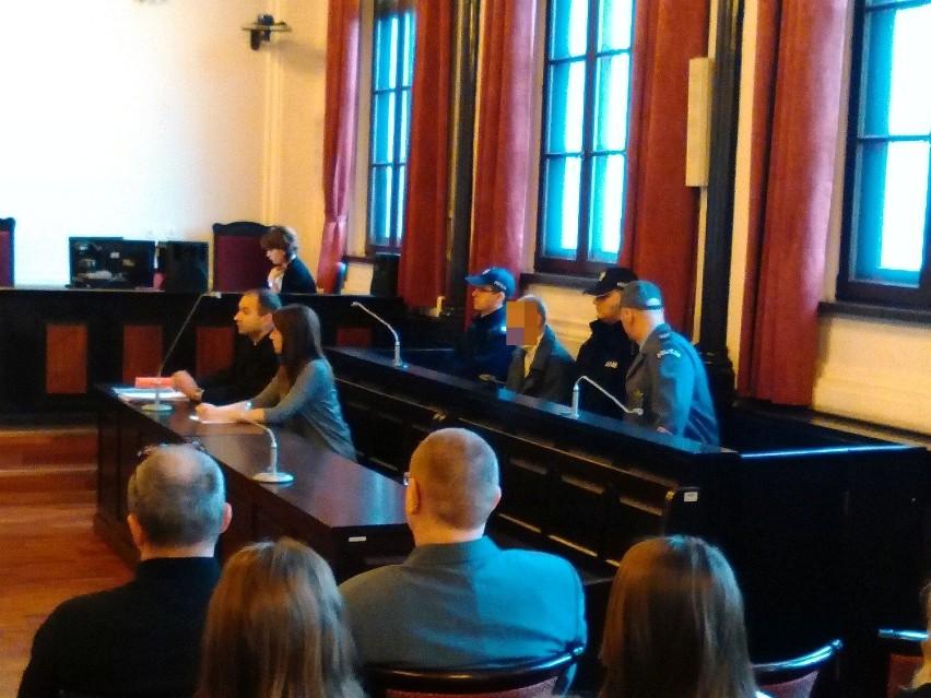 Damian S. nie okazał w sądzie skruchy. Przyznaje się do zabójstwa 67-letniej mieszkanki Bydgoszczy, ale twierdzi, że nie zrobił tego ze szczególnym okrucieństwem. Śledczy ustalili też, że obrabował mieszkanie ofiary, mimo to oskarżony nie przyznaje się do rozboju.