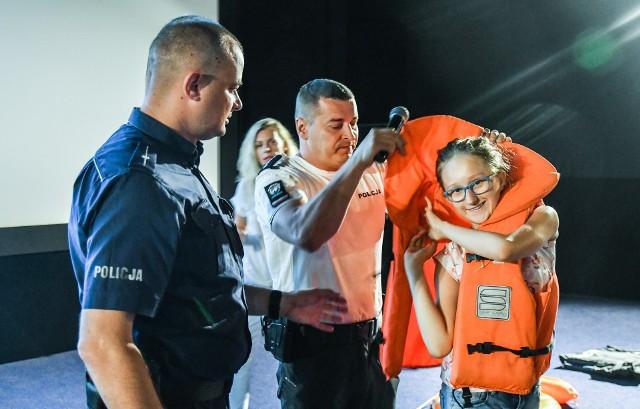 """Cykl spotkań """"Bezpieczne wakacje"""" organizowany jest dla grup półkolonijnych przez kino Helios we współpracy z BORPĄ i Komendą Miejską Policji w Bydgoszczy. W spotkaniach mogą wziąć udział także osoby indywidualne (kupując bilet na seans poprzedzający spotkanie). Podczas spotkań funkcjonariusze opowiadają dzieciom, m.in., jak być bezpiecznym na plaży, jak prawidłowo założyć kapok, z których kąpielisk korzystać i jak udzielić pierwszej pomocy. Wczorajsze spotkanie odbyło się przy okazji seansu """"Sekretne życie zwierzaków domowych 2"""". Dzieci, oprócz tego, jak uniknąć zagrożeń w czasie wakacji dowiedziały się, jak postępować ze zwierzętami. Najbliższe spotkanie odbędzie się w czwartek o godz. 10 (przy okazji tego samego  seansu). Kolejne seanse odbędą się w dniach (repertuar może ulec zmianom): - 9 lipca (wtorek), godz. 9.30, seans: """"Agent kot""""- 12 lipca (piątek), godz. 10, seans (prawdopodobnie): """"Paskudy. UglyDolls""""- 19 lipca (piątek), godz. 10, seans: """"Król lew""""- 26 lipca (piątek), godz. 10, seans: """"Alladyn"""""""