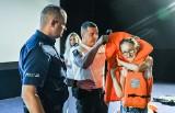 """Funkcjonariusze w bydgoskim kinie """"Helios"""" opowiadali dzieciom jak bezpiecznie przeżyć pełen beztroski czas wolny od szkoły [zdjęcia]"""