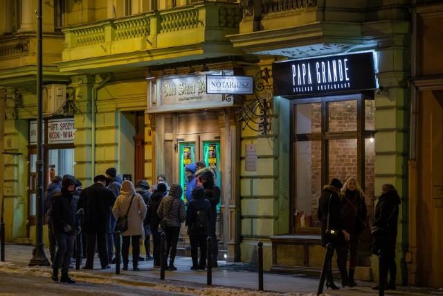 Klub Stara Babcia w Bydgoszczy. Przed tygodniem po tym jak poinformowano o otwarciu klubu na miejscu również zjawiła się policja, KAS i sanepid