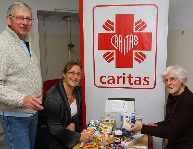 W każdej z 500 paczek sfinansowanych i spakowanych przez gości z Holandii znalazło się 18 produktów. Na zdjęciu od lewej: Appie Wassing, Truus Nieuwenhuis i Riet Nijenhuis.