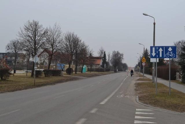 """Strefa """"30"""" pozwala na demontaż zbędnych znaków (powtórzenia ograniczenia prędkości, oznakowania progów spowalniających), dzięki czemu zwiększy się przejrzystość drogi i koncentracja kierowców - twierdzą urzędnicy"""