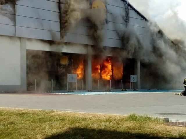 Pożar Lidla w Radomsku. Płonie niemiecki supermarket.