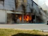 Pożar Lidla w Radomsku. Supermarket spalił się niemal doszczętnie, straty są ogromne [ZDJĘCIA, WIDEO]