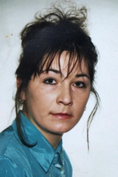 Zaginiona kobieta ma 45 lat, 170 cm wzrostu, oczy piwne. Sylwetka szczupła, włosy farbowane na czerwono, sięgające do ramion. Twarz owalna, uszy normalne, nos prostolinijny, uzębienie pełne.