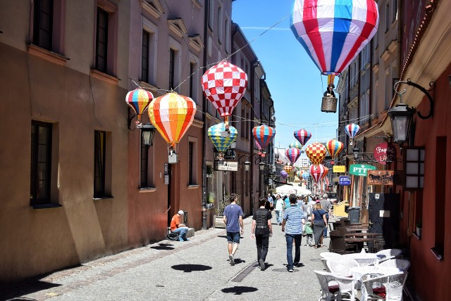 Balony - lampiony. Instalacja Jarosława Koziary na ul. Grodzkiej