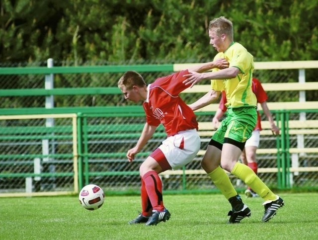 Piłkarze MKS Mielnik (żółto-zielone stroje) pokonali na wyjeździe Włókniarza Białystok, dzięki czemu zrobili duży krok w kierunku obrony przed degradacją