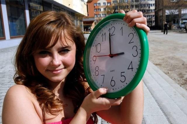 """Kiedy przestawiamy zegarki? Czy to w najbliższy weekend? Zmiana czasu z letniego na zimowy, nie wszystkim się podoba. Cofnięcie zegarów o godzinę, sprawia, że dzień jest jeszcze krótszy i nie sposób nacieszyć się słońcem i piękną jesienną pogodą. Zmiana ma jednak też dobre strony. Dzięki niej, tej jednej nocy możemy spać o godzinę dłużej! Kiedy więc będziemy przestawiać zegarki? Czytaj dalej na kolejnym slajdzie: kliknij strzałkę """"w prawo"""", lub skorzystaj z niej na klawiaturze komputera."""