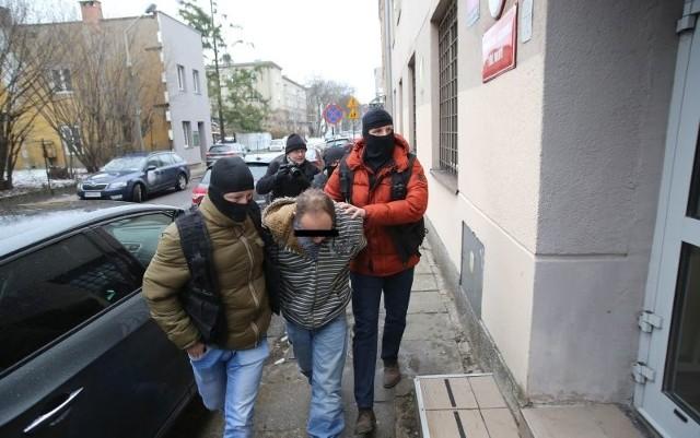 Oprawca prowadzony przez policjantów