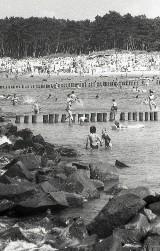 Wakacje nad morzem w latach 90. Tłumy na plaży i moda z końca XX wieku  [ZDJĘCIA]