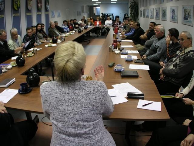 – Odejdźmy od pieniędzy, podyskutujmy o tym, jak opiniować oferty stowarzyszeń i jak je wartościować – apelowała na spotkaniu z przedstawicielami powiatowych organizacji naczelnik wydziału społecznego Alicja Gębska.