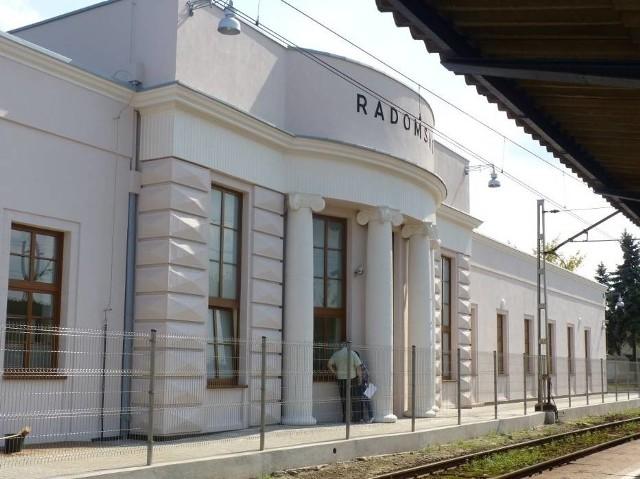 RADOMSKOPierwszy budynek dworca w Radomsku powstał już w 1846 roku, jednak w okresie międzywojennym zdecydowano się na budowę nowego. Modernistyczny budynek oddano do użytku w 1932 roku. Przez wiele lat straszył podróżnych, ale w 2011 roku przeszedł remont.Zobacz kolejne zdjęcia. Przesuwaj zdjęcia w prawo - naciśnij strzałkę lub przycisk NASTĘPNE