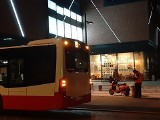 Wypadek w Gdańsku Wrzeszczu. 10.01.2021 r. Autobus i skuter zderzyły się przy centrum handlowym