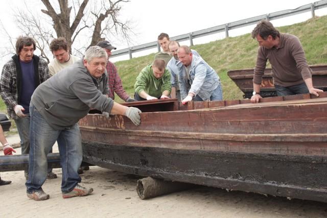 Galary czekają na sezonCzłonkowie Bractwa Flisackiego pod wezwaniem świętej Barbary z Ulanowa zebrali się przy przystani rzecznej na Sanie, aby spuścić galary do wody. Łodzie są już gotowe na rozpoczęcie wodniackiego sezonu.