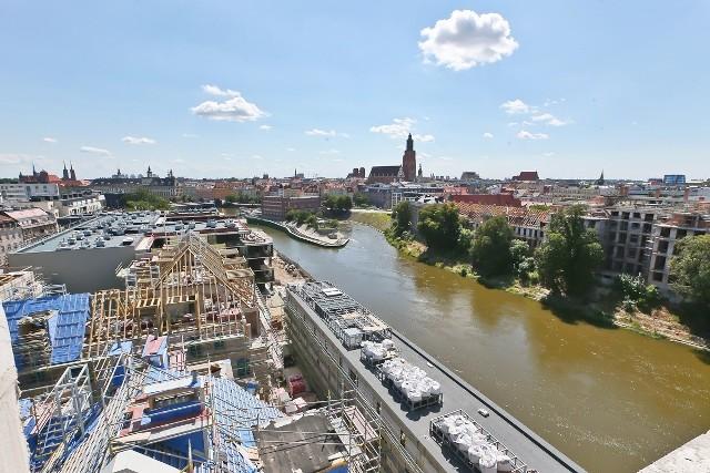 Z okien apartamentowców rozpościera się przepiękny widok na Odrę i Stare Miasto.