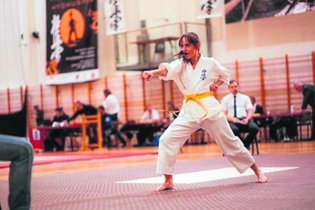 Klaudia Kowalska największe sukcesy odnosi w kumite, czyli w walkach. Na zdjęciu widzimy ją jednak w kata, czyli formach