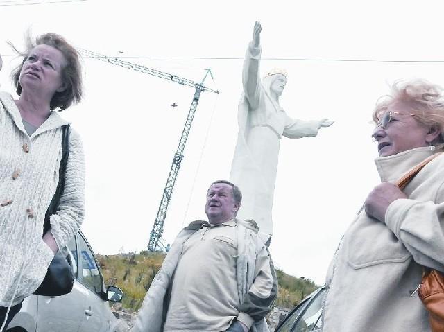 Państwo Anna i Ludwik Cichoccy (od lewej) przyjechali z Pniew, natomiast Kazimiera Myszkowska z Wrocławia. Wszyscy byli pomnikiem Chrystusa Króla zachwyceni.