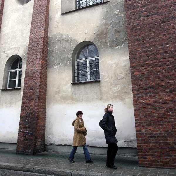Synagoga Nowomiejska straszy wilgocią i odpadającymi tynkami.