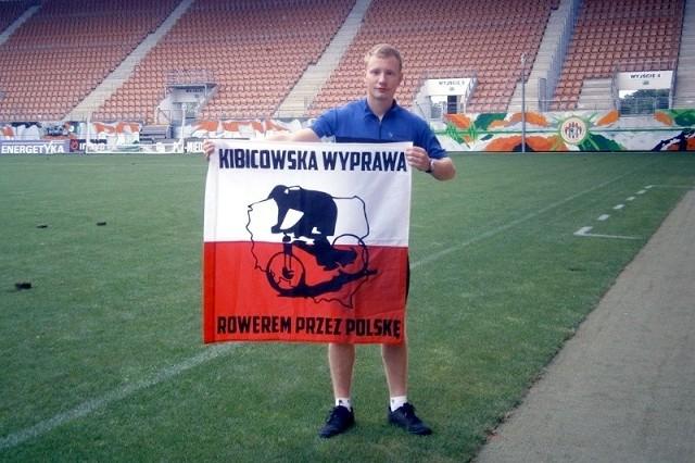 """Robert Ćwikliński odwiedził m.in. """"zgodowy"""" klub Odry Opole, czyli Zagłębie Lubin i sfotografował się na tamtejszym stadionie."""