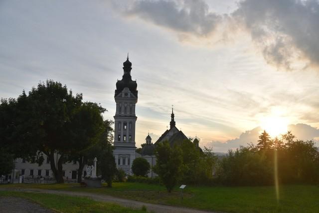 Z wieży tuchowskiej bazylki został zdemontownay stary krzyż. Nowy, poświęcony przez biskupa Jeża, wraz z kopułą i koroną zostanie na niej przytwierdzony po zakończeniu odpustu