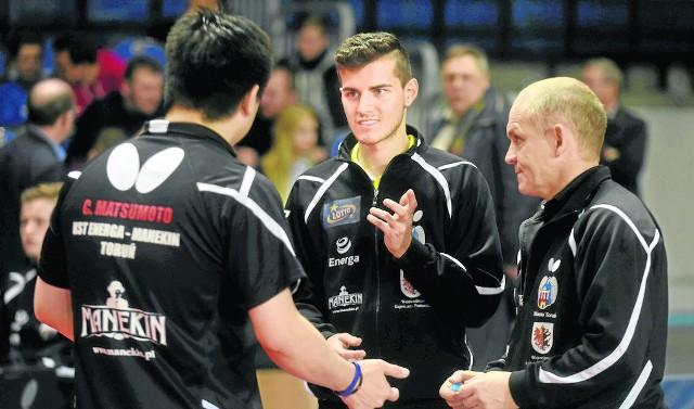 Kazimierz Wiszowaty (z prawej) nie jest już szkoleniowcem tenisistów stołowych Energi Manekina Toruń. Drużynę, w której gra m. in. Konrad Kulpa (w środku) poprowadzi Brazylijczyk Cazuo Matsumoto