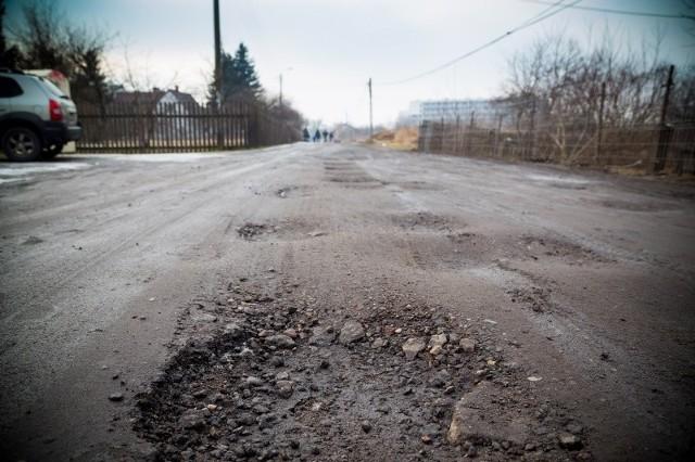 Tak w tej chwili wygląda ulica Wysoki Stoczek. Jej nawierzchnia sprawie wiele problemów pieszym i kierowcom. Wszystko wskazuje na to, że szybko się to nie zmieni.