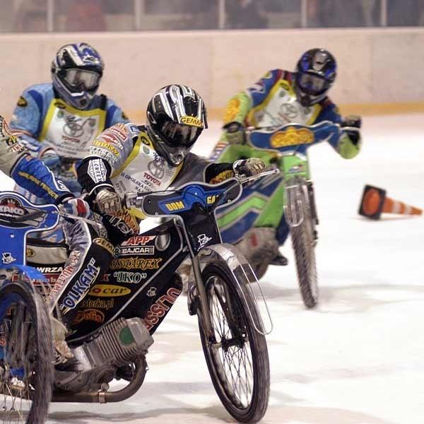 Polscy żużlowcy często ścigają się na lodzie, ale to nie jest to, co ice racing.