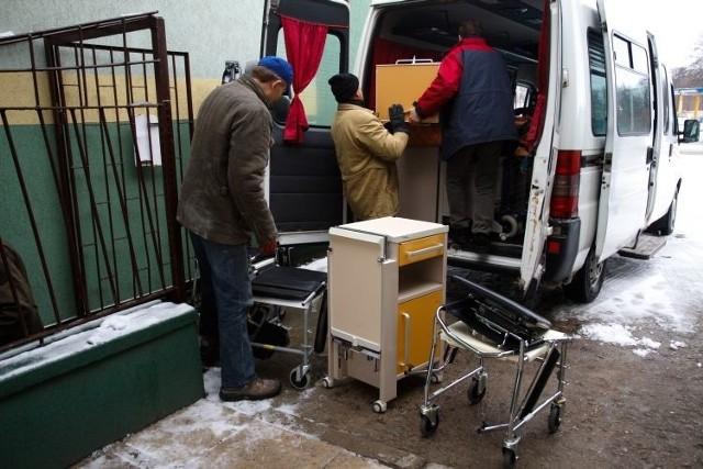 Dary, które teraz przekazała Rubież – szafki, krzesła sanitarne i chodziki – trafią do szpitala w Knyszynie i szpitala wojewódzkiego w Białymstoku