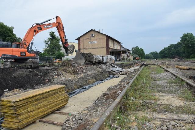 Trwa remont otoczenia dworca kolejowego w Skoczowie.