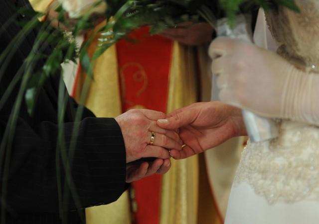 W parafiach u zakonników ślub można uzyskać za darmo