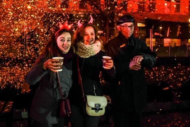 Poznaniacy powitają nowy rok na placu Wolności przy muzyce granej przez didżejów.