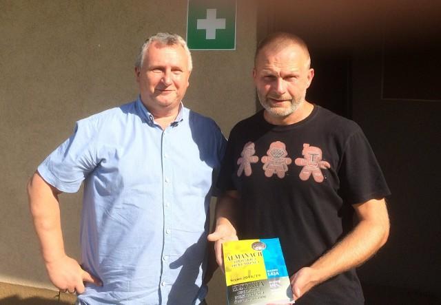Autor Marek Leja (z lewej) osobiście zawitał już m.in. do Boguchwałowa, Rozmierki i Ozimka.