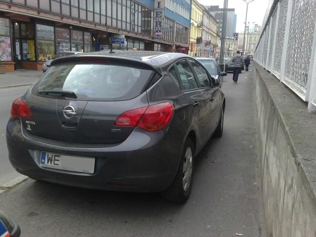 W taki sposób kierowcy parkują samochody przy ul. Grottgera.