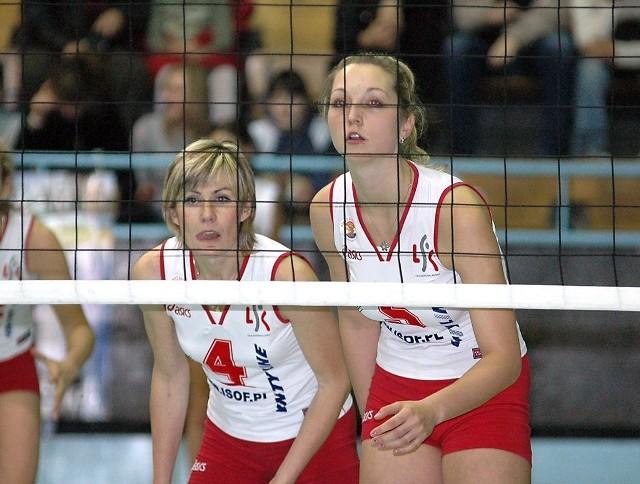 Rozgrywająca Irina Archangielskaja (z lewej) i środkowa Paulina Dutkiewicz z niepokojem patrzyły na siatkarki Stali Mielec. A kibice Piasta dzięki transmisji meczu w TVP 3 obserwowali poczynania naszych zawodniczek.