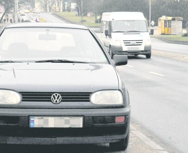 """Choć auto przy ul. Zwycięstwa zaparkowane jest """"legalnie"""",  zdaniem kierowców utrudnia włączenie się do ruchu."""